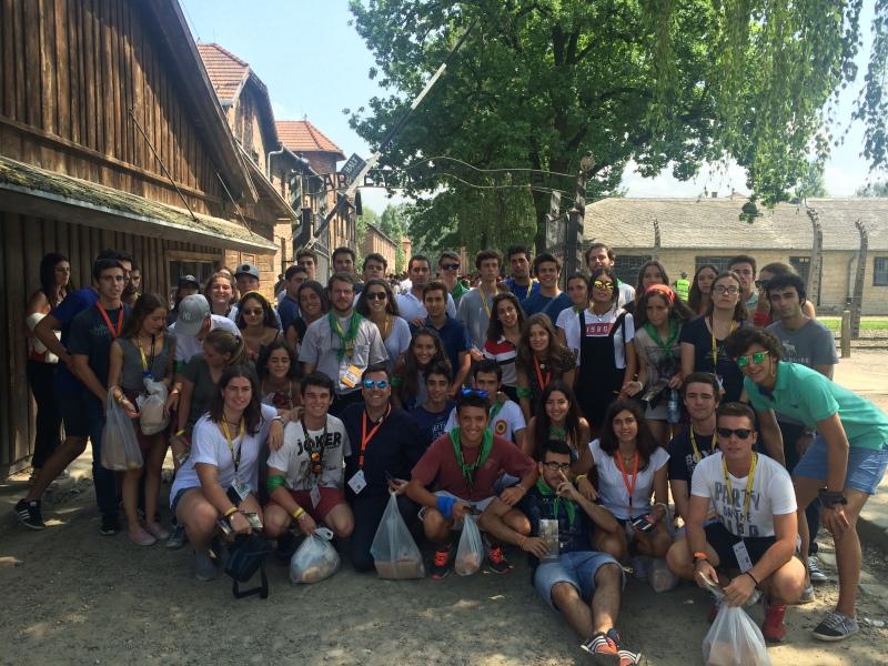 Los jóvenes de Sta. Genoveva en la entrada del campo de concentración de Auschwitz